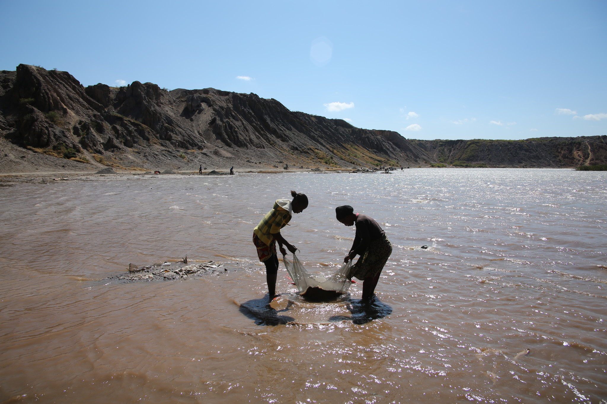 Femmes lavant l'or dans le lac Malo,près de Kolwezi, RDC.