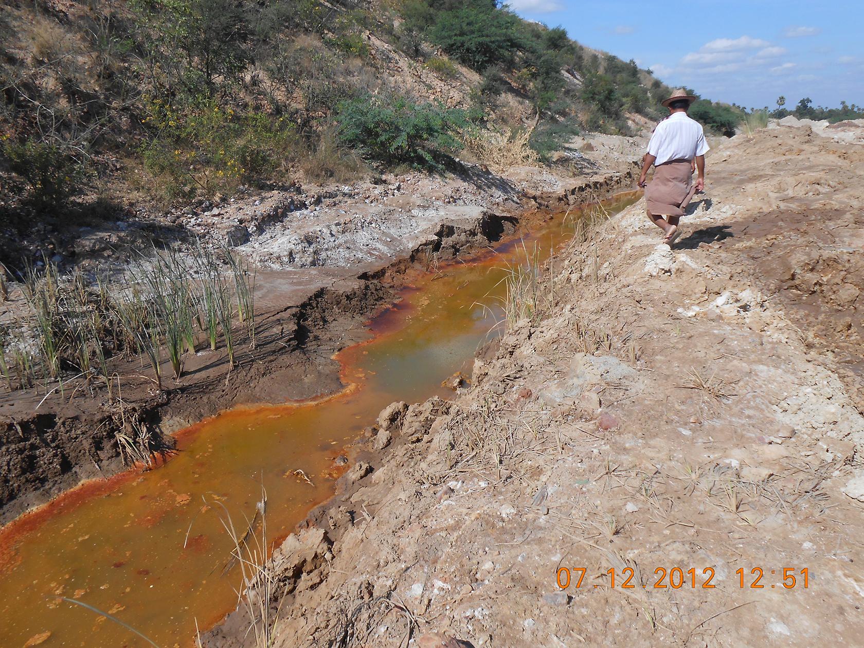 Un canal de drainage contenant des eaux colorées que les villageois disent provenir de la mine Sabetaung et Kyisintaung - décembre 2012
