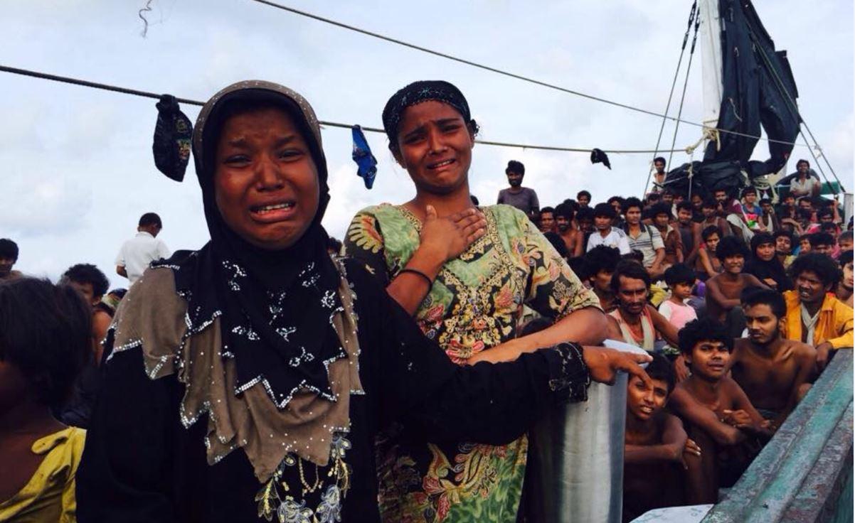 Un bateau surchargé avec 350 personnes, dont des enfants, en provenance du Myanmar ou du Bangladesh... errait entre les côtes de Thaïlande et de Malaisie depuis plus de deux mois. Les passagers manquaient d'eau et  de nourriture.